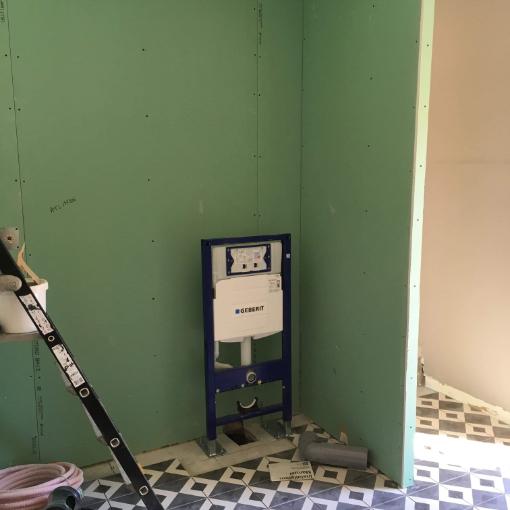 Création de salle de bain,pose d'un châssis de wc suspendu